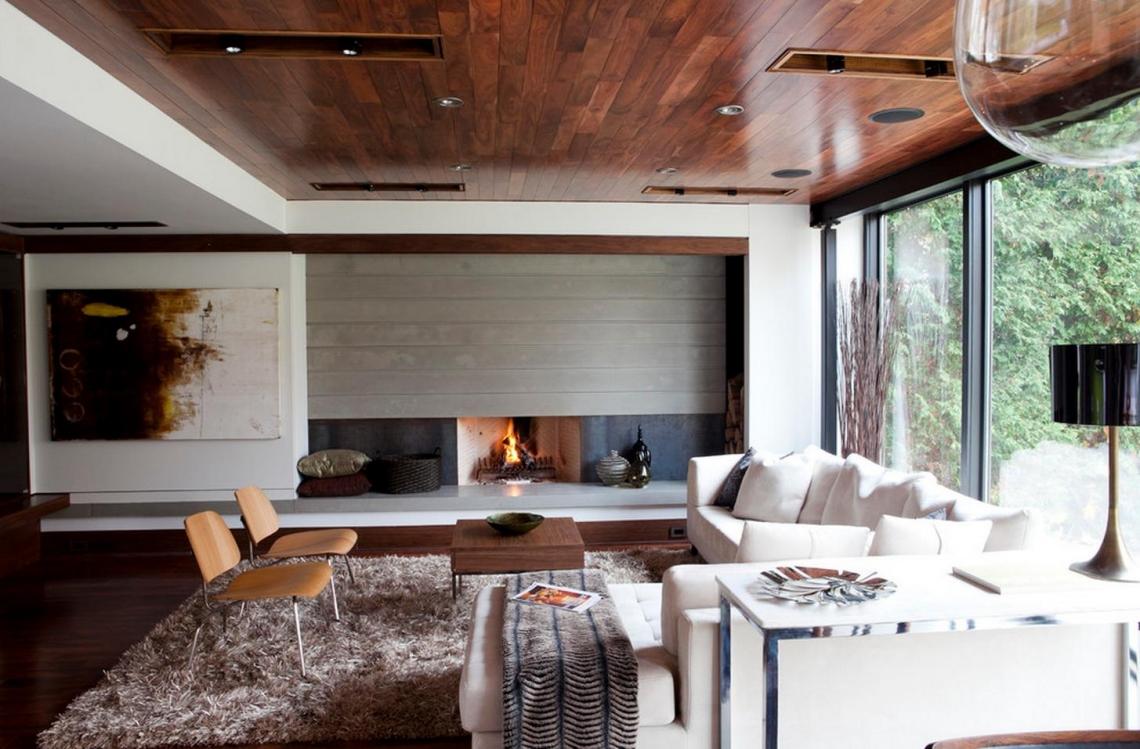 Ciemna, drewniana podłoga i sufit - aranżacja